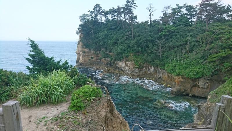 日本美術院旧跡の断崖絶壁から眺める五浦の海