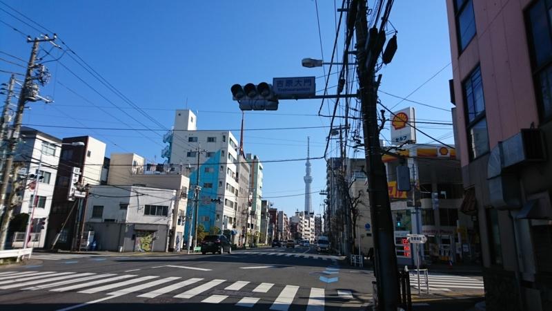 吉原大門に至る道(信号右折)は大通りから遊郭が見えぬようS字蛇行