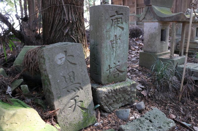 打越邑(村)と刻まれている石祠二基