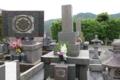 甲斐源氏の家紋「丸に剣花菱紋」(墓石が新しいので庶流の替紋