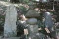藤原定家の塚(写真左)と藤原俊成の碑(写真右)