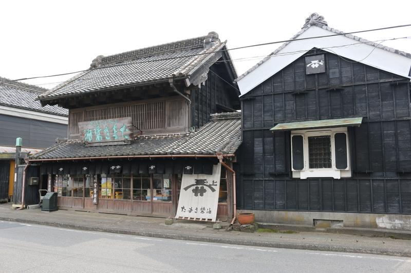タマサ醤油を扱う宮醤油店(天保五年創業)店内には江戸時代の帳場机