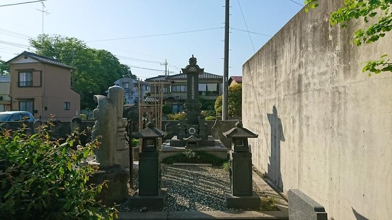 忍城水攻めの犠牲者を弔う慰霊碑(高源寺)菊水紋