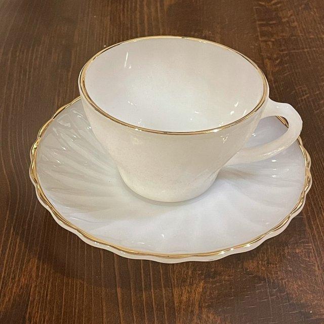 ヴィンテージANCHOR HOCKINGのカップ&ソーサー、ミルクガラスのスワール、ホワイトSuburbiaの刻印1客の画像