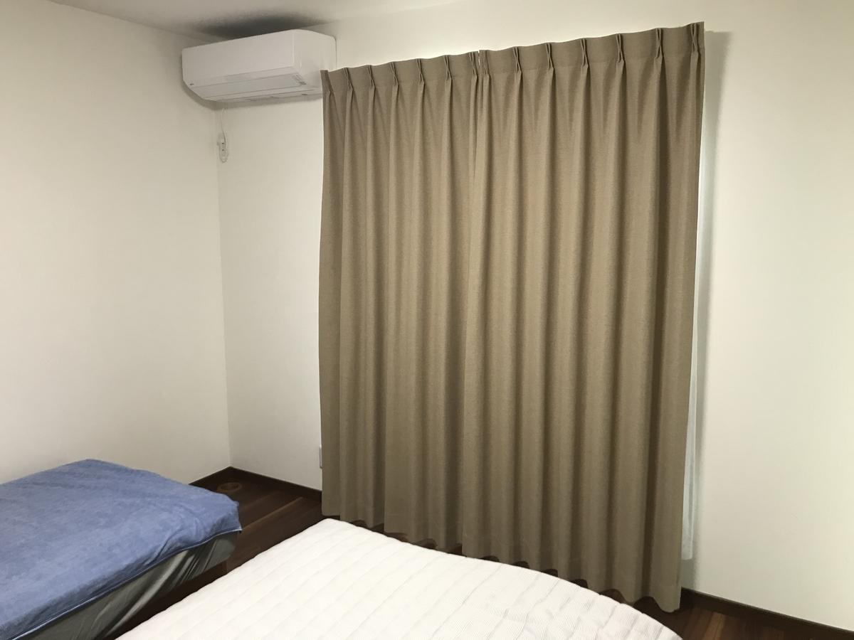 主寝室ベージュカーテン