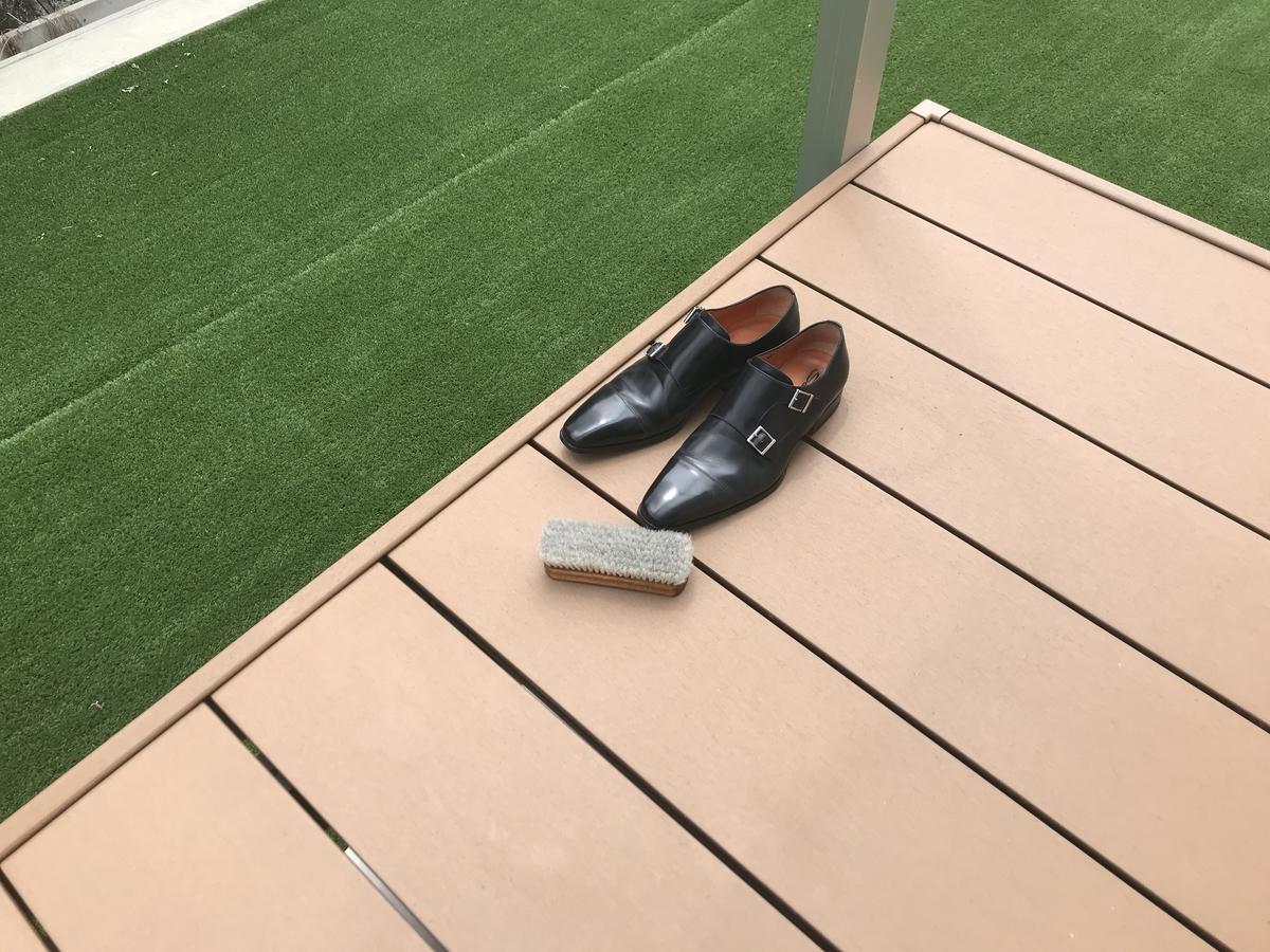 ウッドデッキで靴磨き
