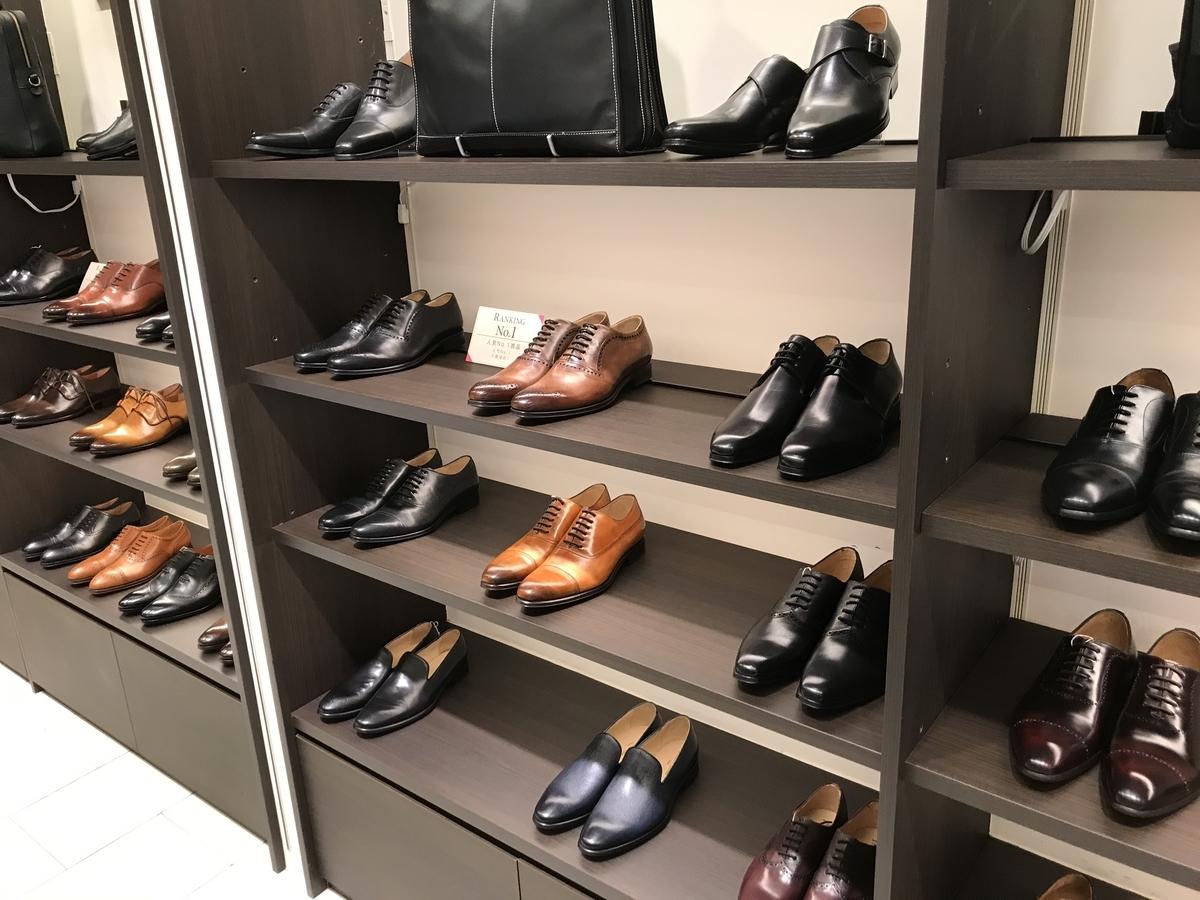 世界各国の靴が陳列