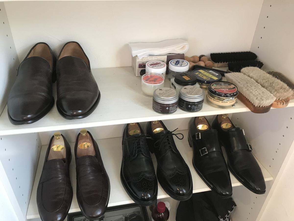 シューズクロークの革靴コレクション