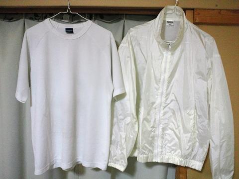白いTシャツと白いジャンパー