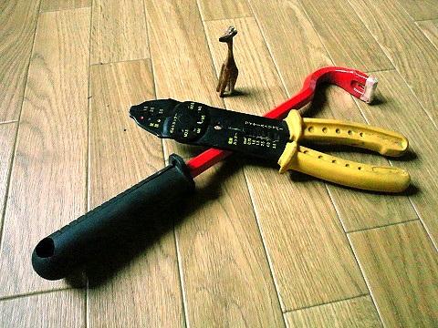 工具と木彫りのきりん