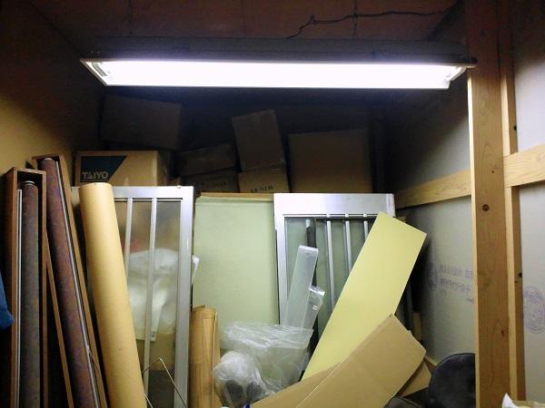 プレハブ倉庫の2階にある押入れ