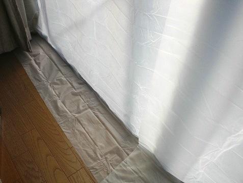 カーテンライナーを床に15cmほど垂らして窓からの冷気を防ぐ