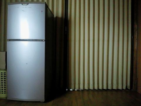 寝室の隅に置いた140Lの冷蔵庫