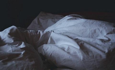 明け方のベッド