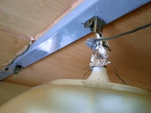 倉庫の2階にある居間の蛍光灯