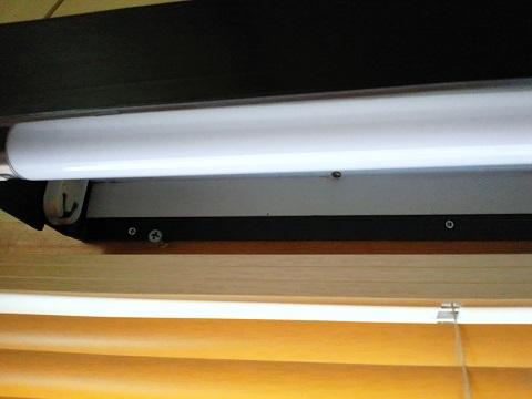 強引にネジ止めしてある台所シンクの照明