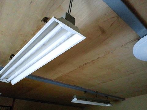 倉庫の2階にある寝室の長い蛍光灯