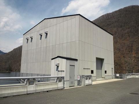 湯西川ダムの選択取水設備操作棟