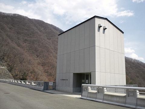 湯西川ダムのダム管理用EV棟