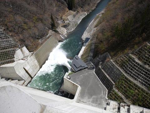 湯西川ダムの放流