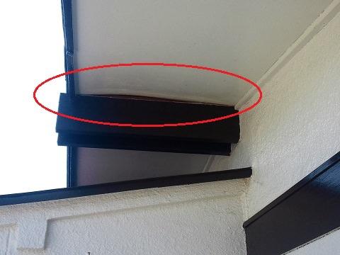 屋根を下から見たところ(軒天にすき間があります)
