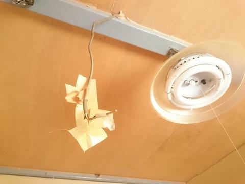 天井から垂れ下がるコードとガムテープ