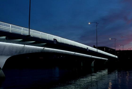 夜の川と橋