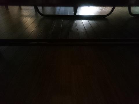 ベッドの下を照らす朝日