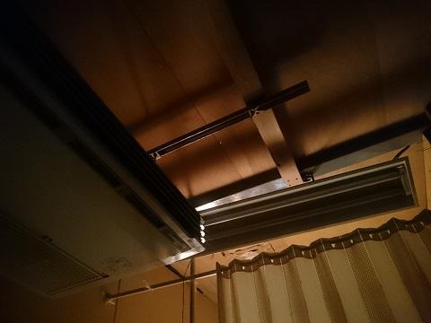 寝室の天井とエアコン
