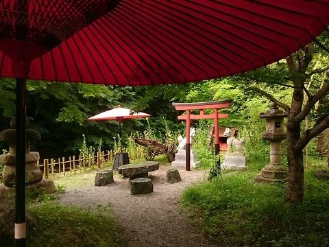宿の庭にある祠と鳥居