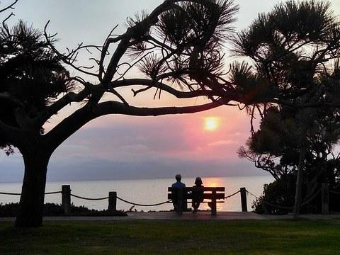 夕日を見る2人