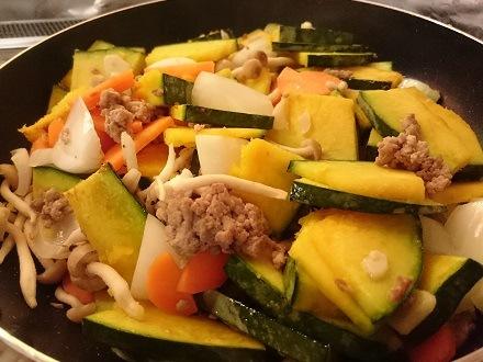 その他の野菜を加えて炒める