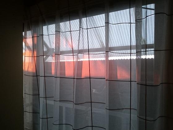倉庫の2階にさす夕陽