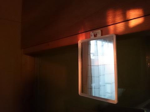 夕陽に赤く染められた壁と鏡