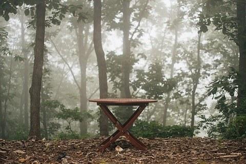 森の中のテーブル