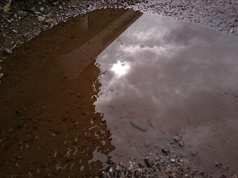 水たまりに映る空