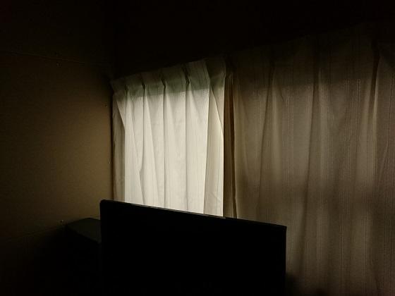 居間のカーテンは光を通す
