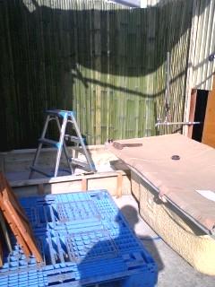 バスタブと青竹の設置途中