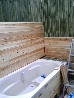 バスタブと青竹の設置終了 手作り露天風呂