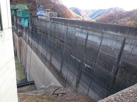2017年11月上旬の五十里ダムの本体(堤体)部分:上流側