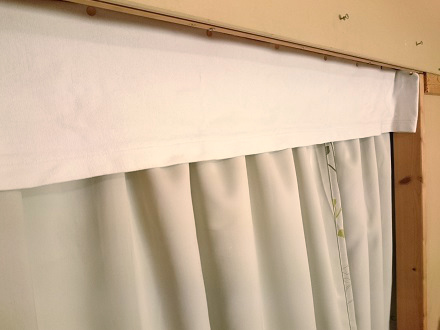 使わなくなったタオルケットでカーテンのすき間をふさぐ