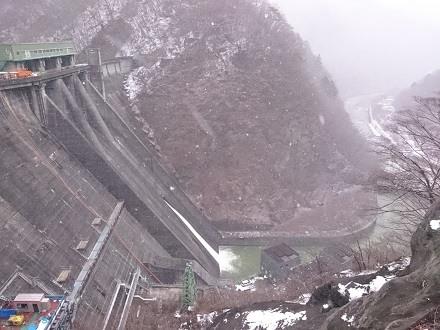 2017年12月、雪の中の五十里ダム(下流側)