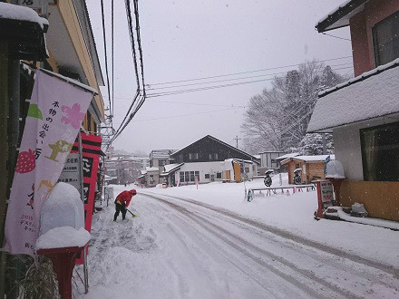 雪で真っ白な湯西川温泉街