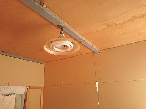 照明とコード(倉庫の2階)