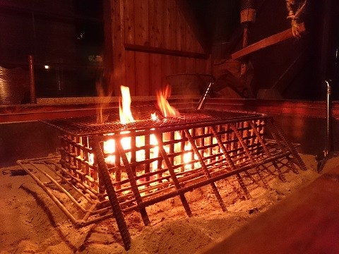 無料休憩所のあたたかな火