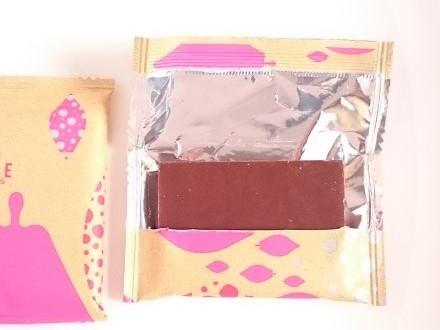 開いた袋とチョコレート