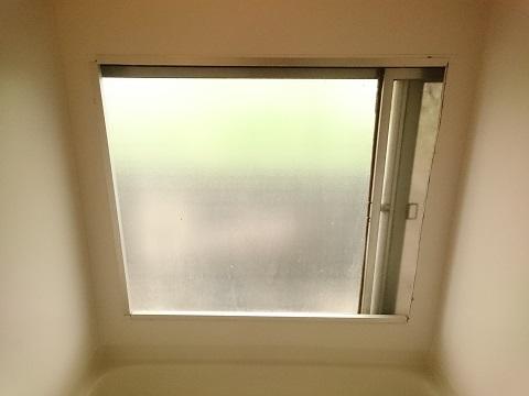 ビニール袋で断熱する前のお風呂の窓