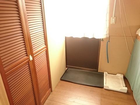 プレハブ倉庫の2階にある手作り玄関