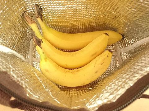 バナナを保冷バッグに入れる