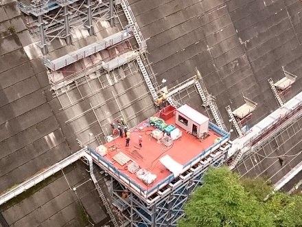 コアボーリングマシンでダムにトンネルを掘る、2017年10月の五十里ダム